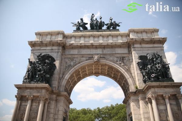 Северный вход в Проспект парк Бруклина начинается площадью Гранд-Арми-Плаза.