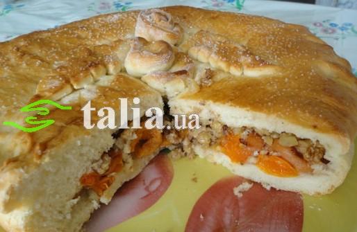 Рецепт. Постный пирог с курагой и орехами