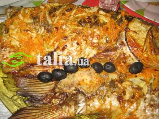 Рецепт. Толстолоб запечённый с морковью и луком