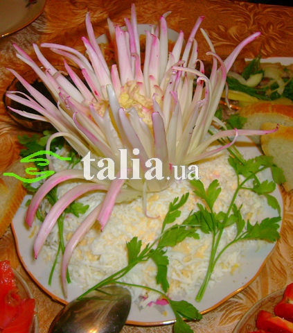 Рецепт. Салат ''Нежность'' с курицей и маринованным луком