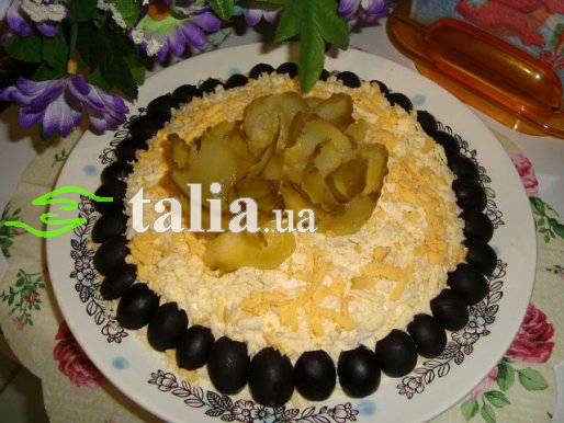 Рецепт. Салат из кальмаров, огурцов с кукурузой