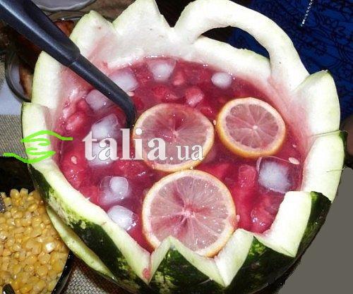 Рецепт. Крюшон в арбузе с фруктами