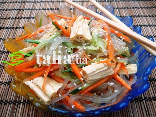 Рецепт. Спаржа по корейски с фунчозой и огурцами