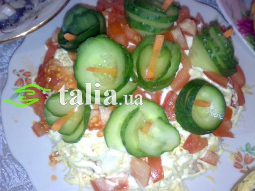 Рецепт. Салат с копчёным сыром, помидорами и огурцами