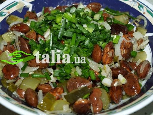 Салат с фасоли с солеными огурцами