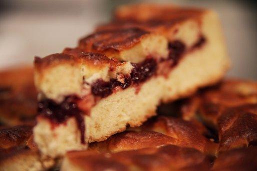 Рецепт. Пирог с вишней и яблоками из дрожжевого теста