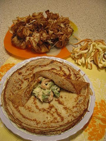 Рецепт. Блинчики с креветками и авокадо