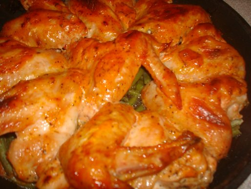 Рецепт. Куриные крылышки под соусом на спарже