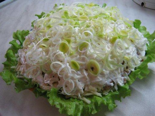 """Рецепт. Салат с грибами и копченым мясом """"Опушка"""""""