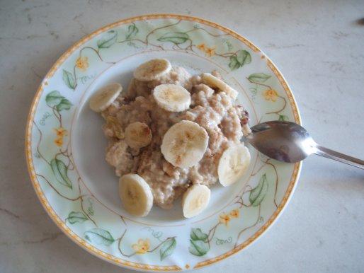 Рецепт. Овсяная каша с бананом и сухофруктами