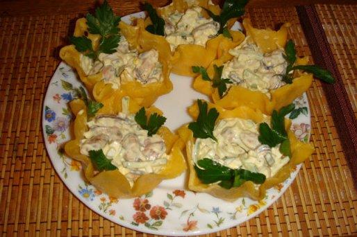 Рецепт. Салат из мидий в сырных корзиночках