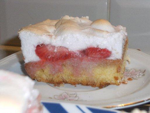 Рецепт. Пирог с клубникой и взбитыми белками