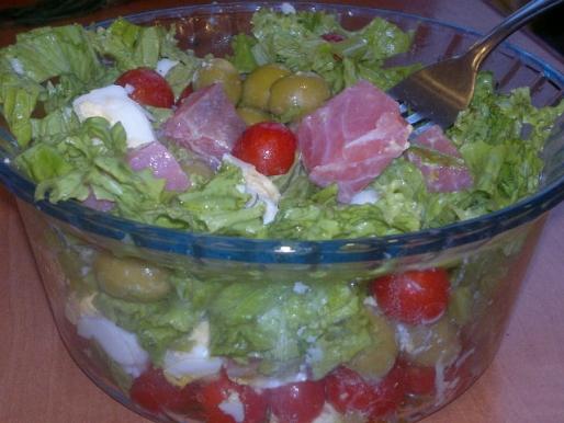 Рецепт. Салат с лососем и оливками