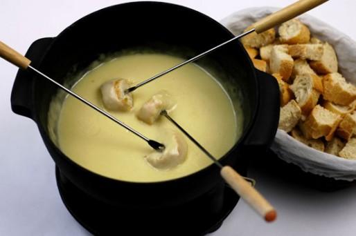 Рецепт. Сырное фондю с ветчиной и оливками