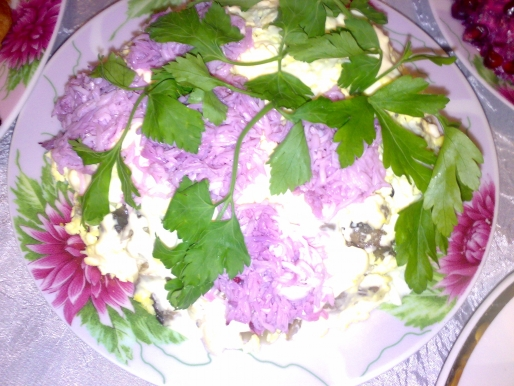Рецепт. Салат с курицей, грибами и черносливом