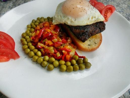Рецепт. Бифштекс из говядины с яйцом